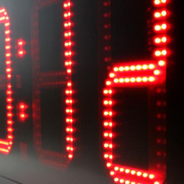 Die HMS-Uhr LED 25 mit hoher Helligkeit