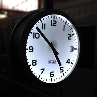 Die Uhr Profil 960 für den Außenbereich besitzt ein beleuchtetes Zifferblatt