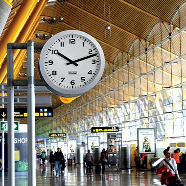 Die Uhr Profil 960 für den Innenbereich ist für große Räume konzipiert