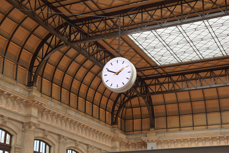 Reloj suspendido en la estación de Burdeos