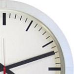Reloj de pared con caja blanca